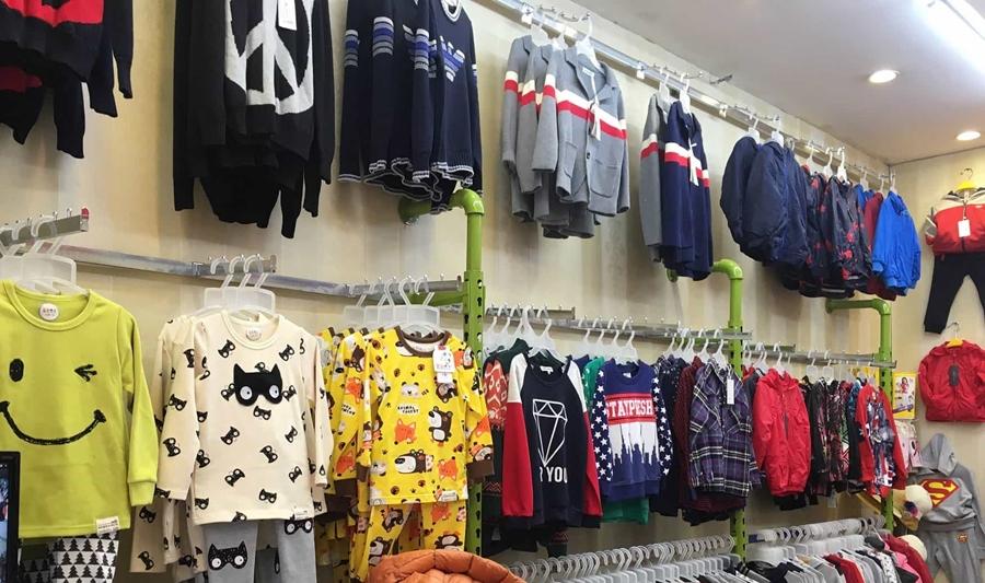 Cách trang trí cửa hàng quần áo trẻ em thu hút